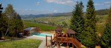 Садиба Живиця - краєвид на село Мита та басейн. З правого боку знаходиться гірськолижний курорт Тисовець._1